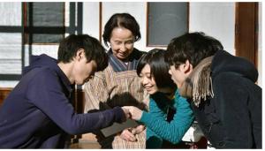 仙道静恵(八千草薫)の家で練の大好物の大学芋を朝食にいただく練と市村小夏(森川葵)、中條晴太(坂口健太郎)
